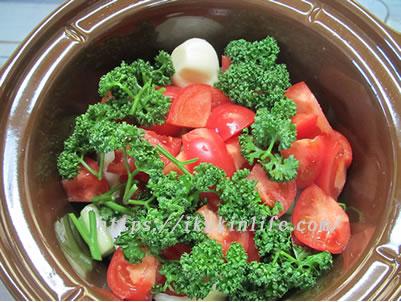 材料をサイコロ状にきって鍋にいれます。
