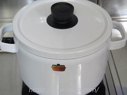 ホーロー鍋で煮込みました。